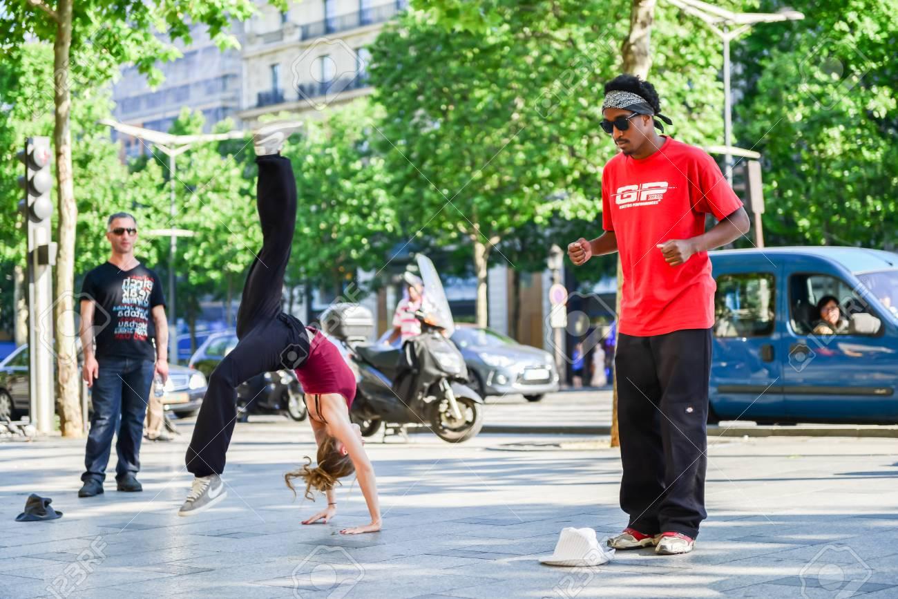 paris, france- 25 mai 2012: danseurs modernes qui dansent dans la