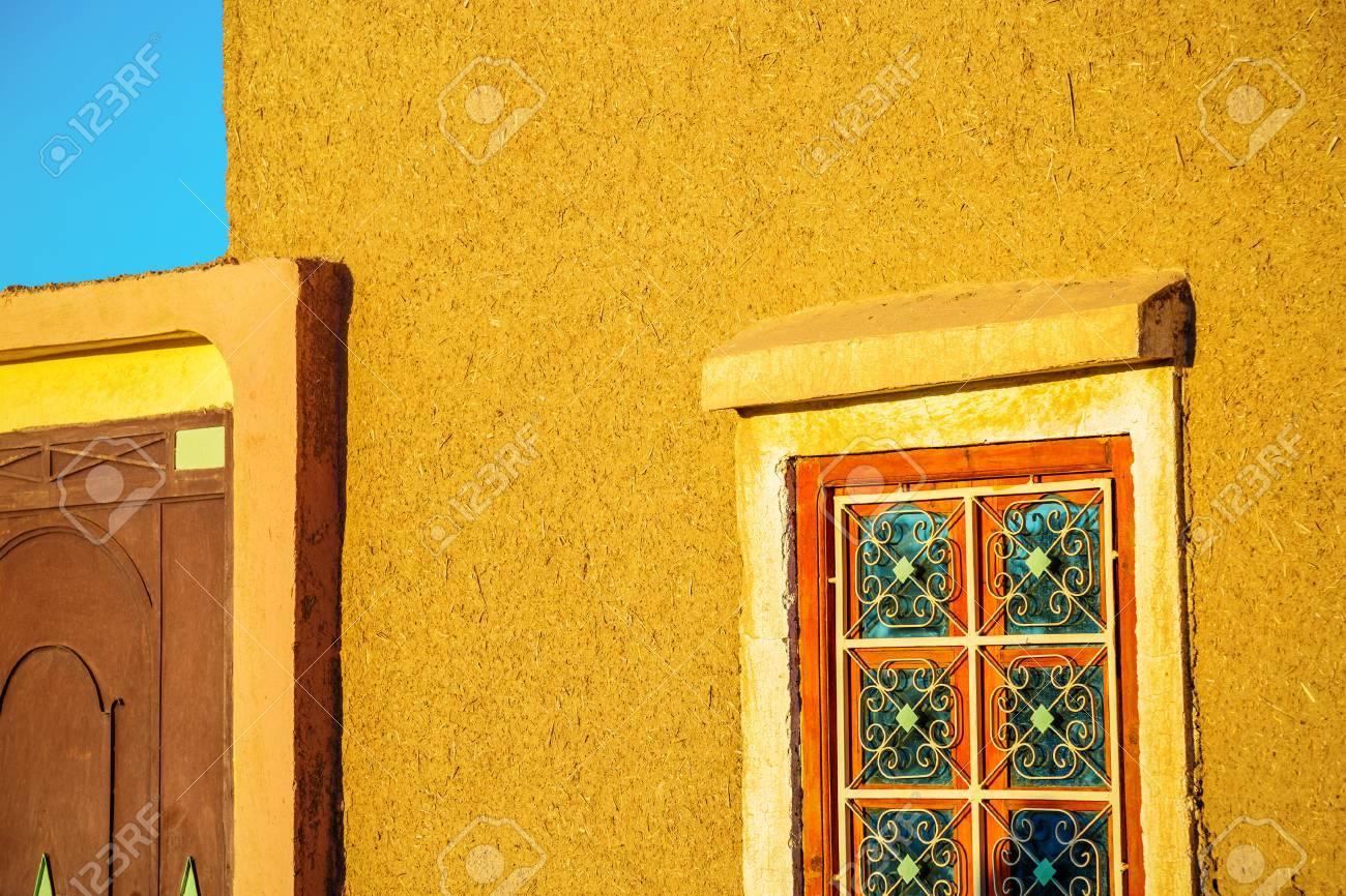 Mur De Terre Battue Avec Fenêtre Traditionnelle En Fer Forgé