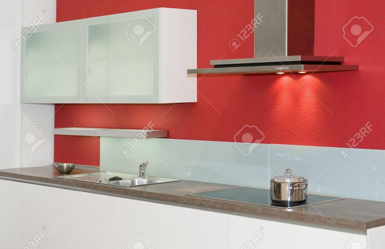 Moderne ingebouwde in keuken met rode muur royalty vrije foto ...