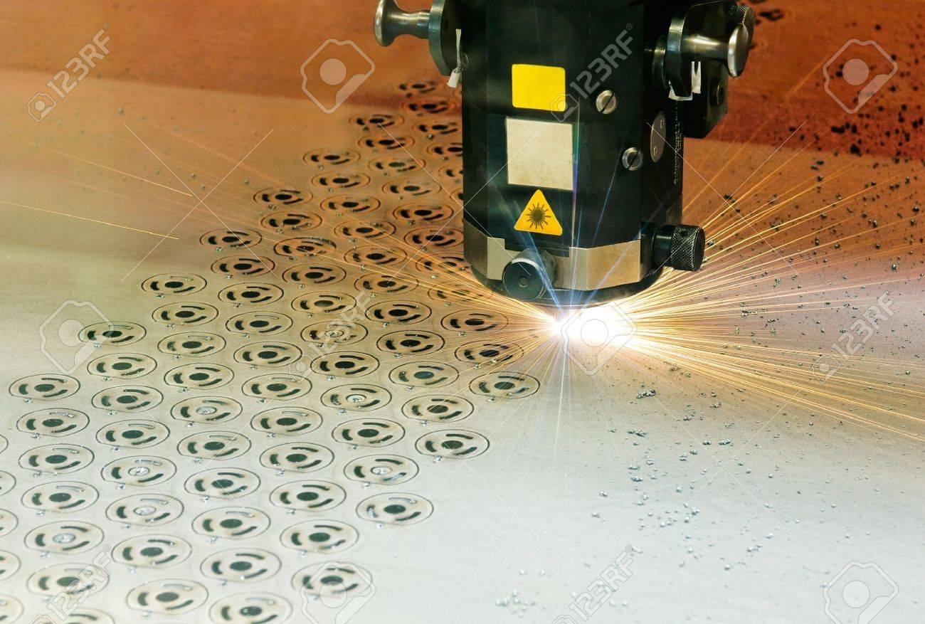 Laserschneideger�t beim Formenschneiden aus einer StahlblechplatteLaser cutter at work Stock Photo - 7632128