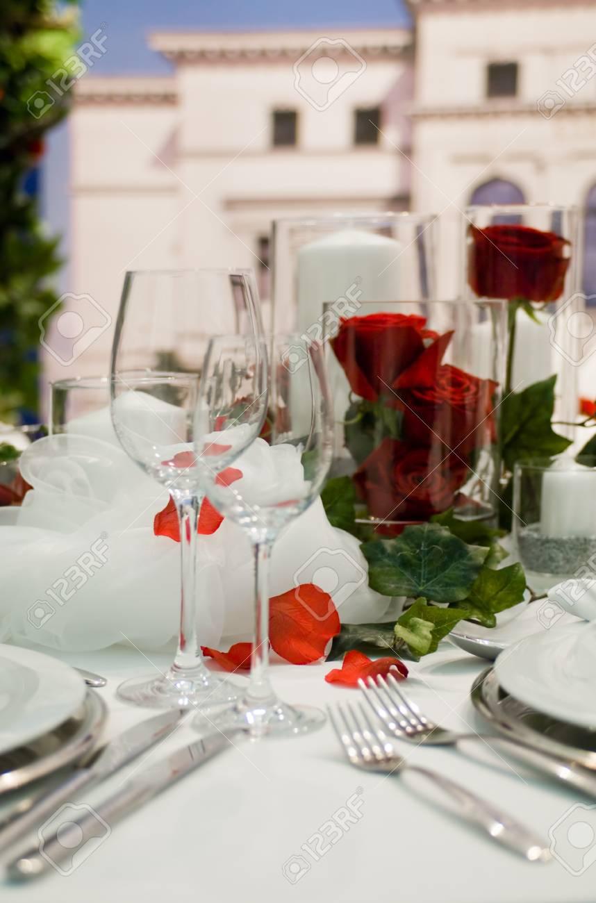 Gedeckte Festtafel mit RosendekorationCovered banquet with red roses decoration Stock Photo - 7626572