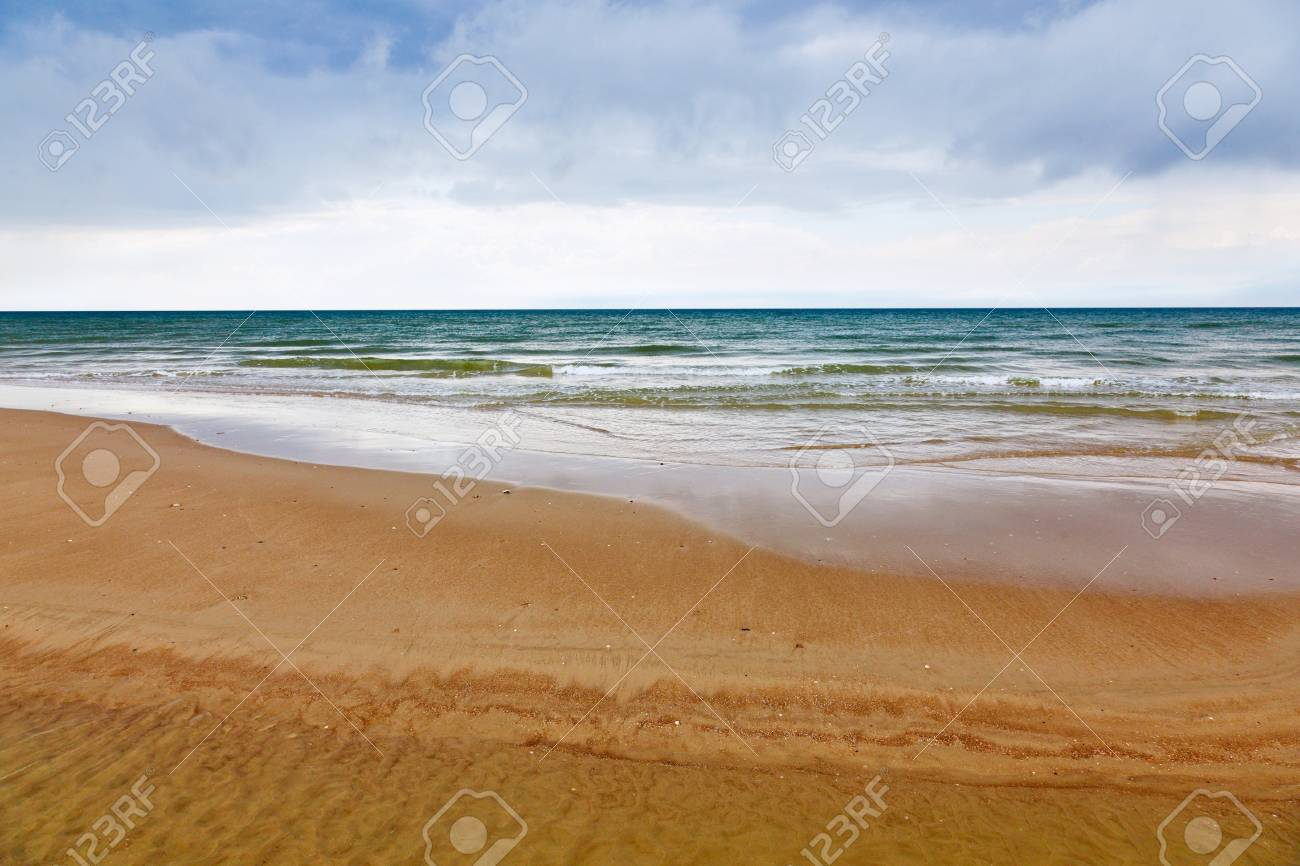 Sand beach with the ocean in the horizon Stock Photo - 14537080