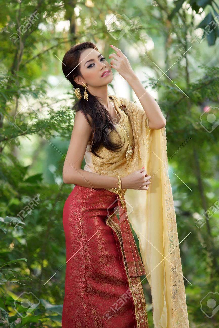Femme Thailandaise Photos femme thaïlandaise portant la robe typiquement thaïlandais, la culture de  la thaïlande d'identité