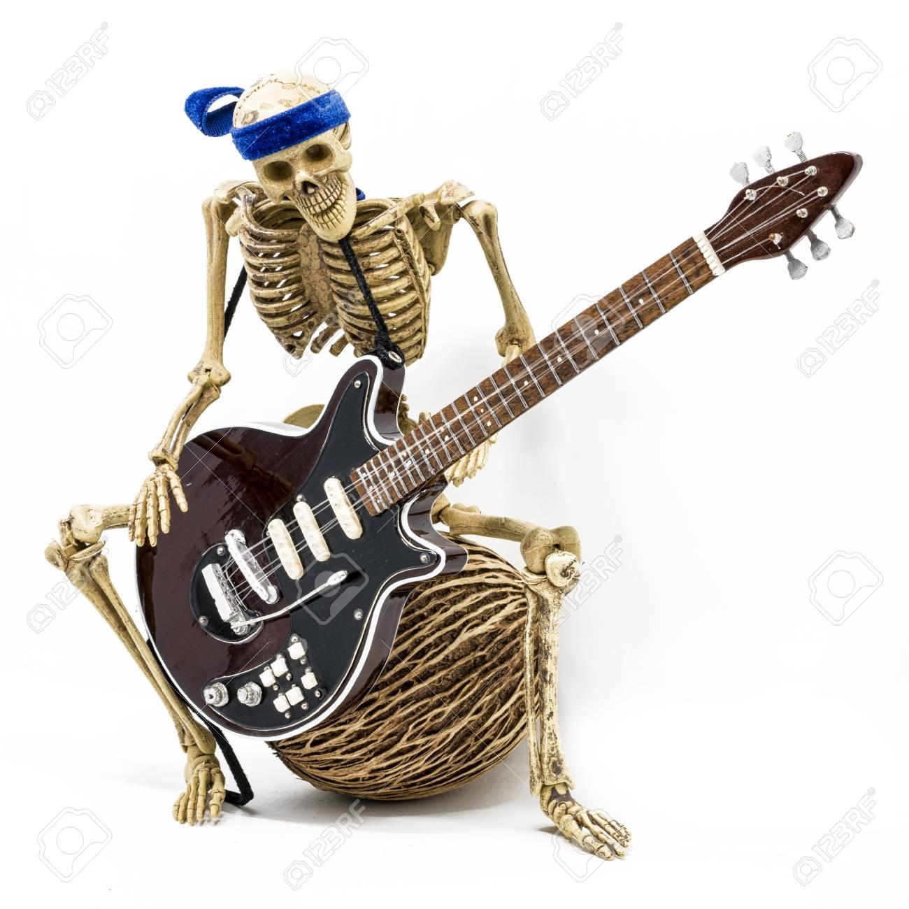Squelette Modèle Jouer De La Guitare électrique, Sur Fond Blanc Banque D'Images Et Photos Libres De Droits. Image 45736817.