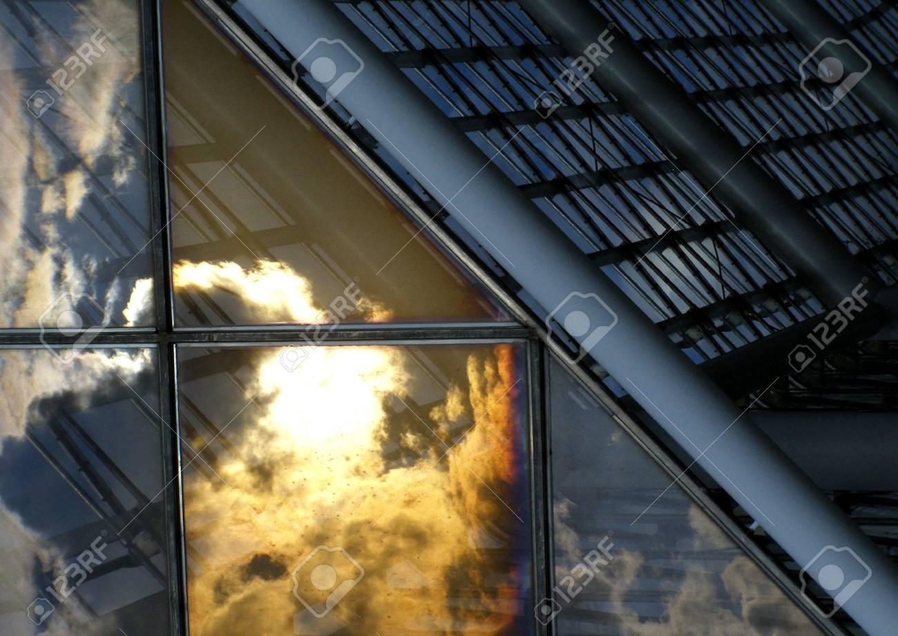 Architettura moderna in vetro con finestre e metallo foto royalty