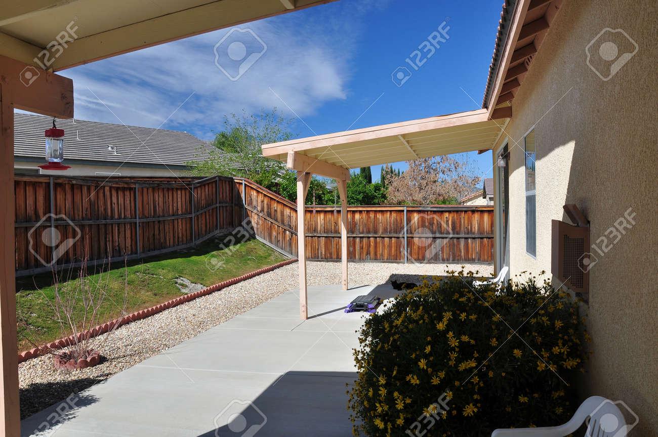 Weergave van een achtertuin overdekt terras op een traktaat huis in