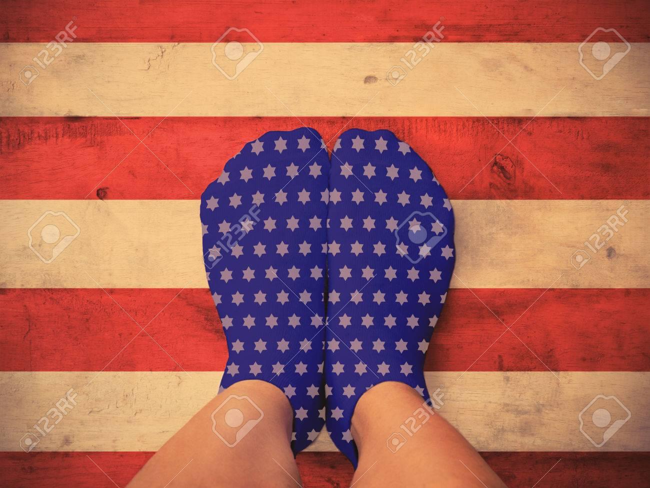 Pavimento Rosso E Bianco : Piedi selfie che indossano calze blu con la stella bianca sulla