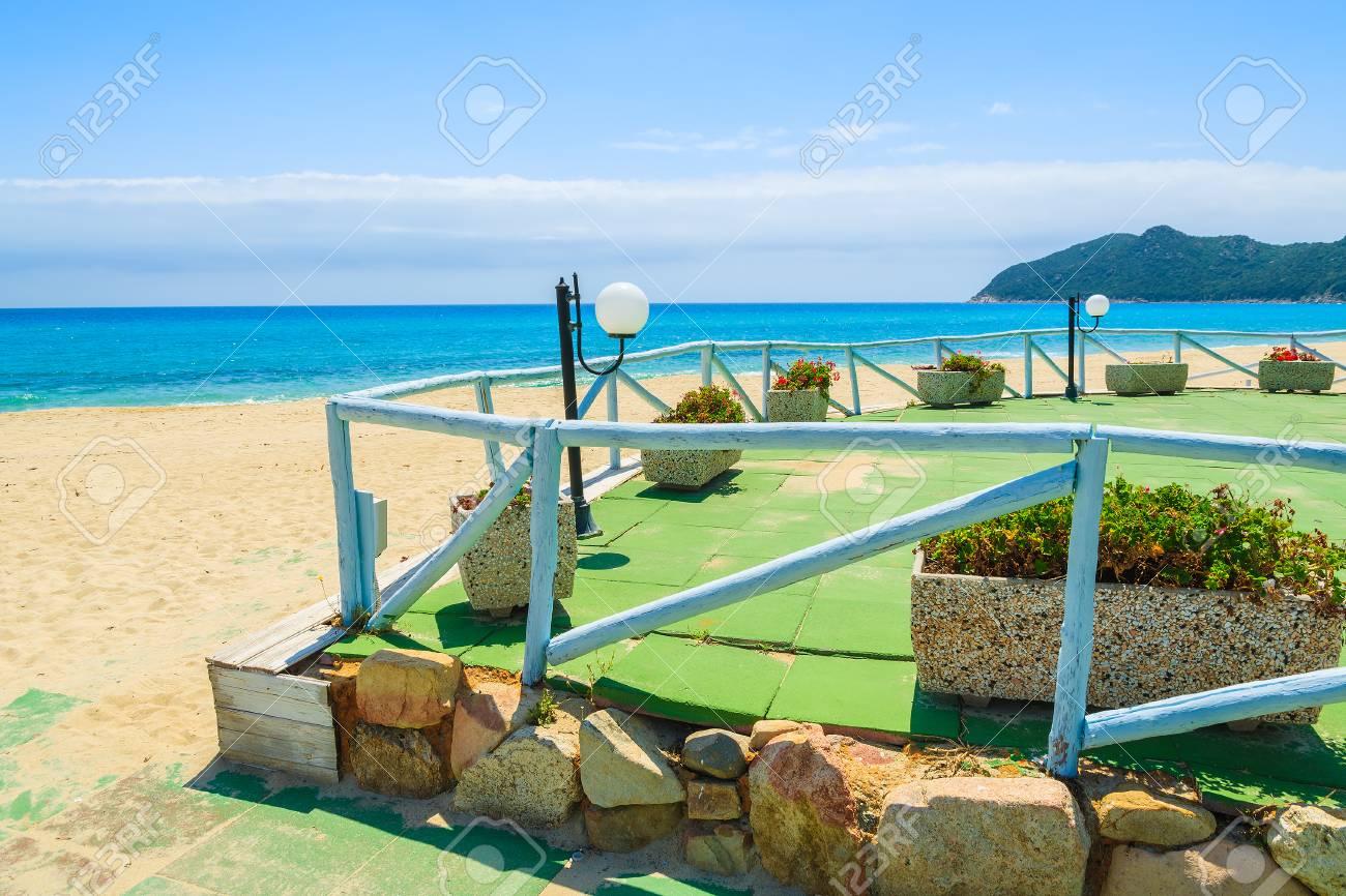 Terraza Del Bar De La Playa En Cala Sinzias En El Día Soleado De Verano Isla De Cerdeña Italia