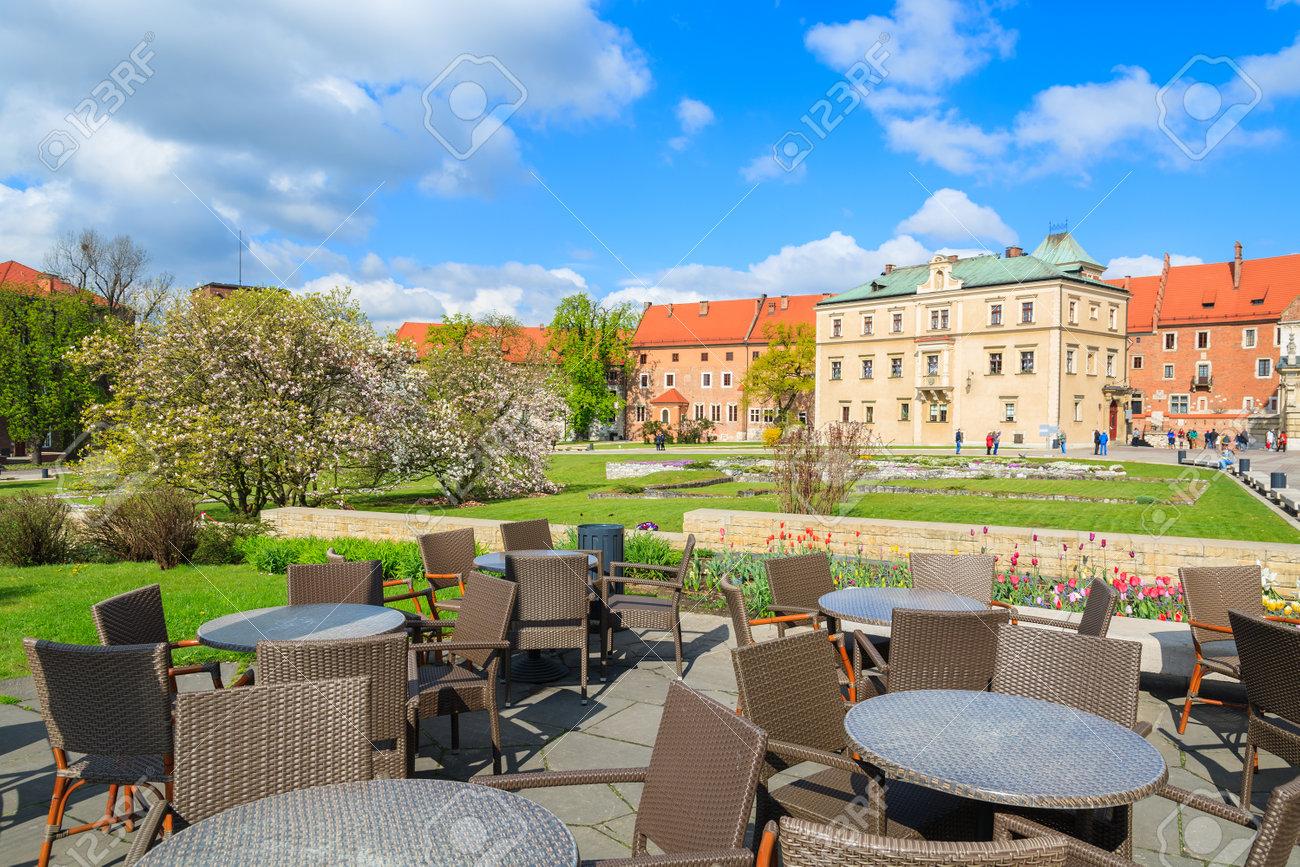 Château De Wawel Au Printemps Et Chaises Avec Tables Sur La Terrasse D Un Restaurant Cracovie Pologne