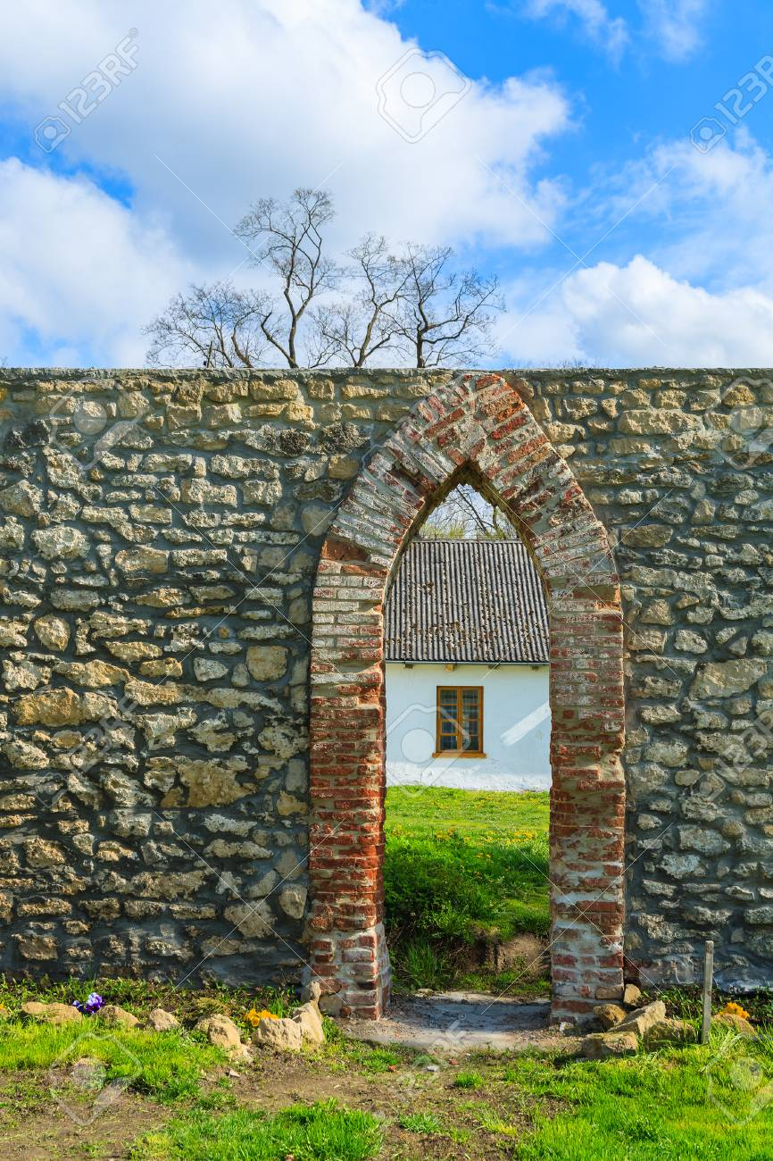 Standard Bild   Steinwand  Und Bogeneingang Zum Rustikalen Haus Im  Ländlichen Gebiet Von Polen, Kurozweki Dorf