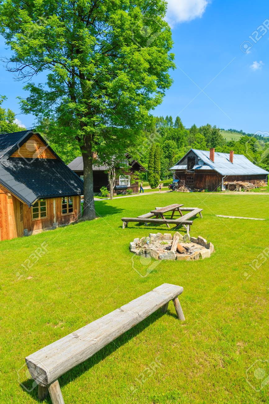 Casas De Madera Tradicionales De La Montana En Campo Verde En Verano