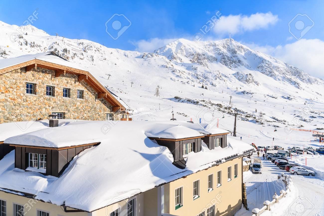 Immagini Stock - Vista Dell\'hotel Di Montagna Coperto Di Neve Fresca ...