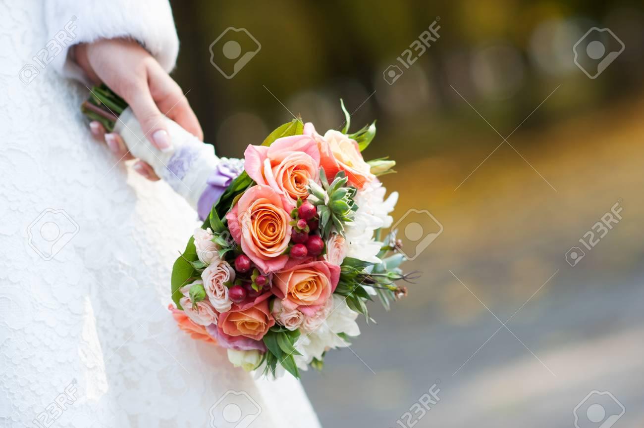 Braut Mit Hochzeitsstrauss Nahaufnahme Lizenzfreie Fotos Bilder Und
