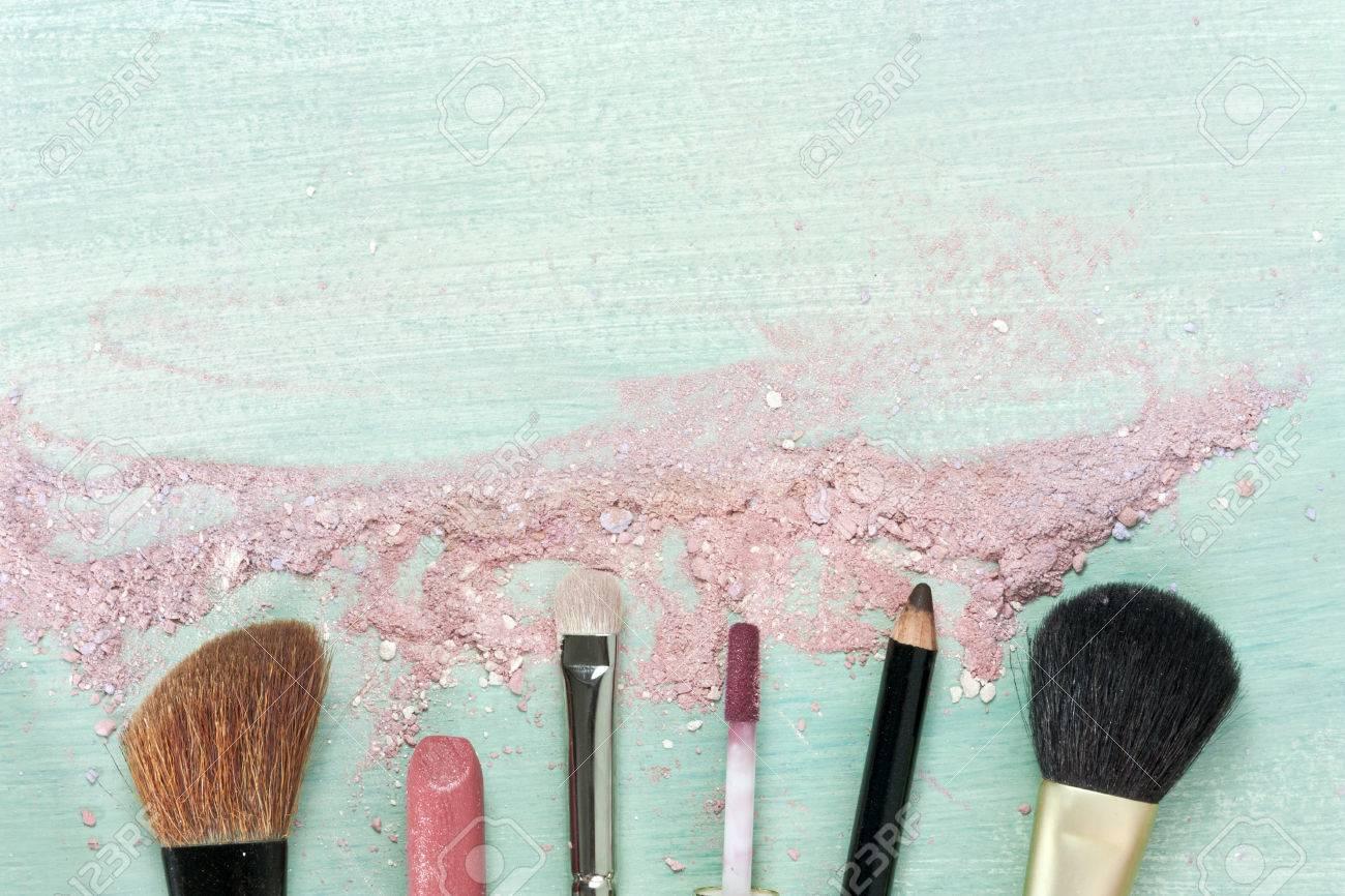 Pinceaux De Maquillage Et Rouge Lvres Sur Fond Bleu Sarcelle Avec Des Traces Poudre Rougissement Un Modle Horizontal Pour La Conception