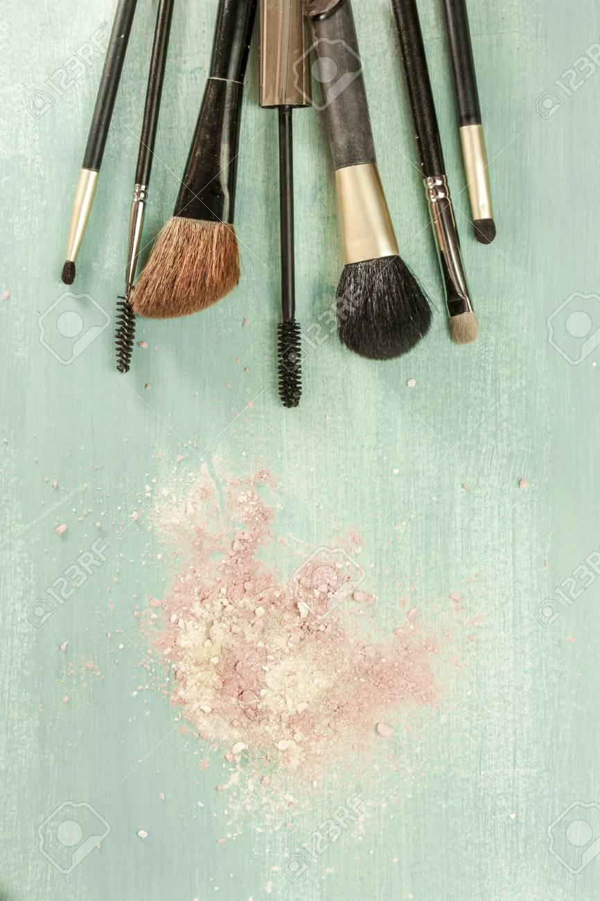Pinceaux De Maquillage Sur Fond Bleu Sarcelle Avec Des Traces