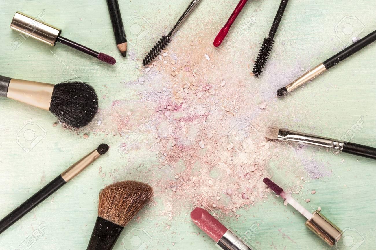 Pinceaux De Maquillage Et Le Rouge Lvres Sur Fond Bleu Sarcelle Avec Des Traces Poudre Blush Formant Un Cadre Modle Horizontal Pour La