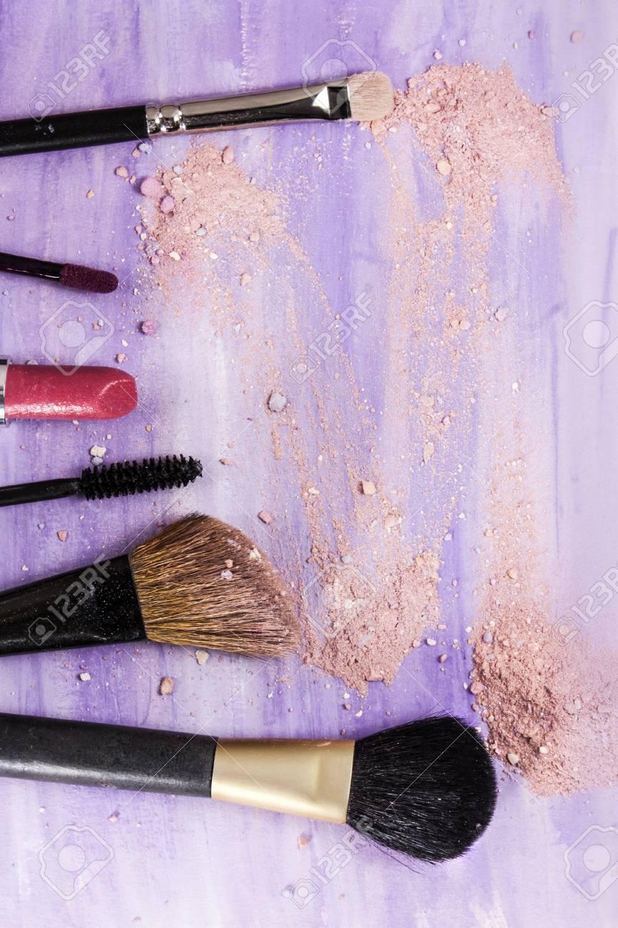 Pinceaux De Maquillage Et Rouge Lvres Sur Un Fond Violet Clair Avec Des Traces Poudre Fard Joues Modle Vertical Pour La Conception Dune
