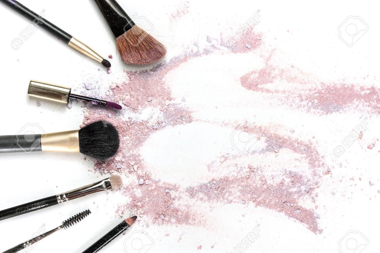 Pinceaux De Maquillage Brillant Lvres Et Crayon Sur Fond Blanc Avec Des Traces Poudre Blush Formant Un Cadre Modle Horizontal Pour La