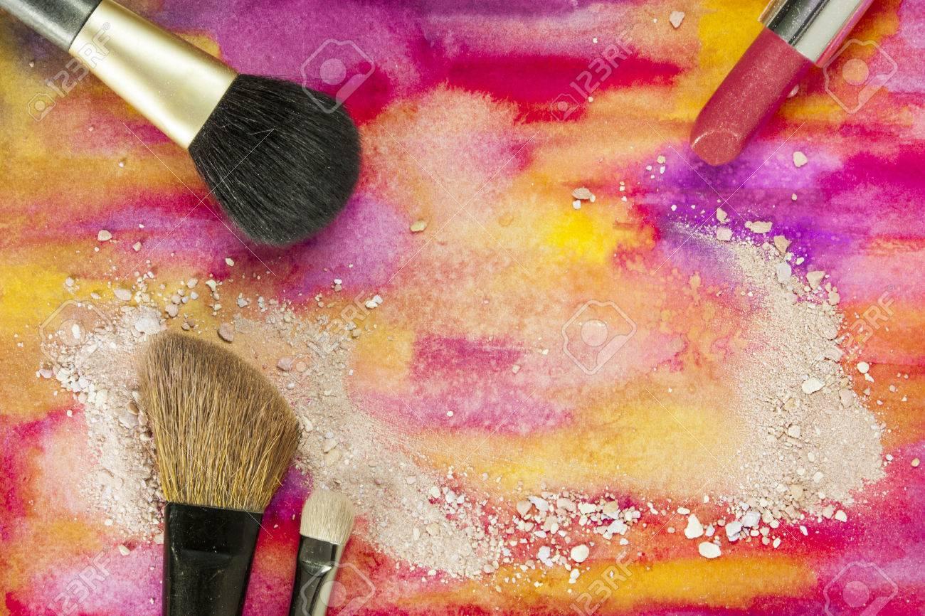 Pinceaux De Maquillage Et Le Rouge Lvres Sur Un Fond Jaune Violet Vibrant Avec Des Traces Poudre Blush Modle Horizontal Pour Carte Visite