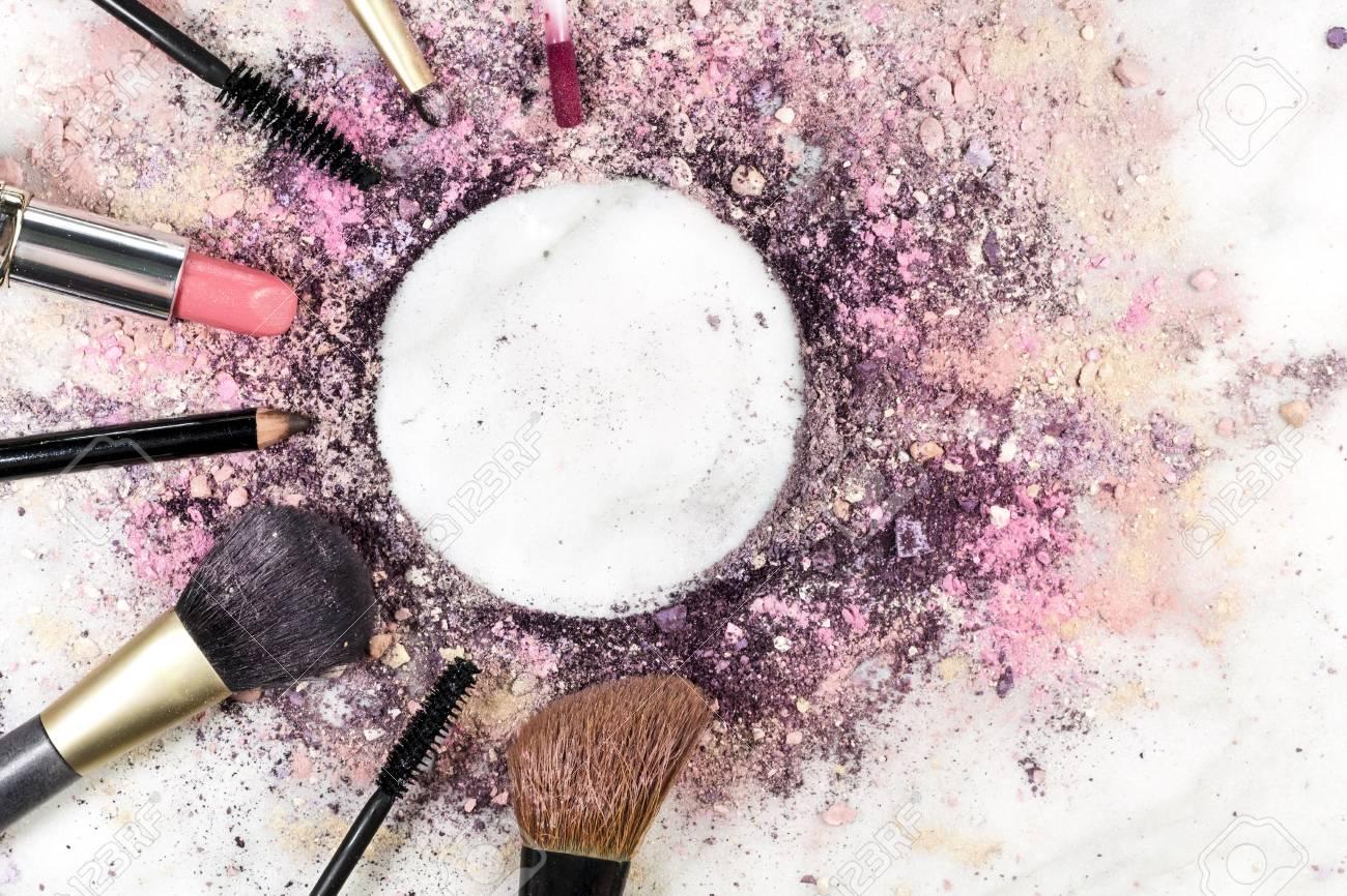 Pinceaux De Maquillage Du Rouge Lvres Crayon Et Dautres Objets Formant Une Trame Sur Un Fond Clair Avec La Poudre Broye Lespace Copie