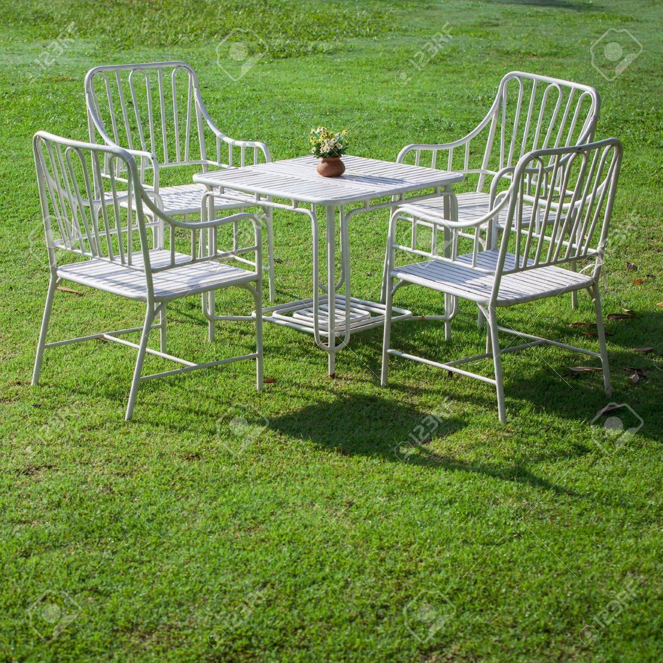Weiss Gartenmobel Auf Grunem Gras Lizenzfreie Fotos Bilder Und Stock