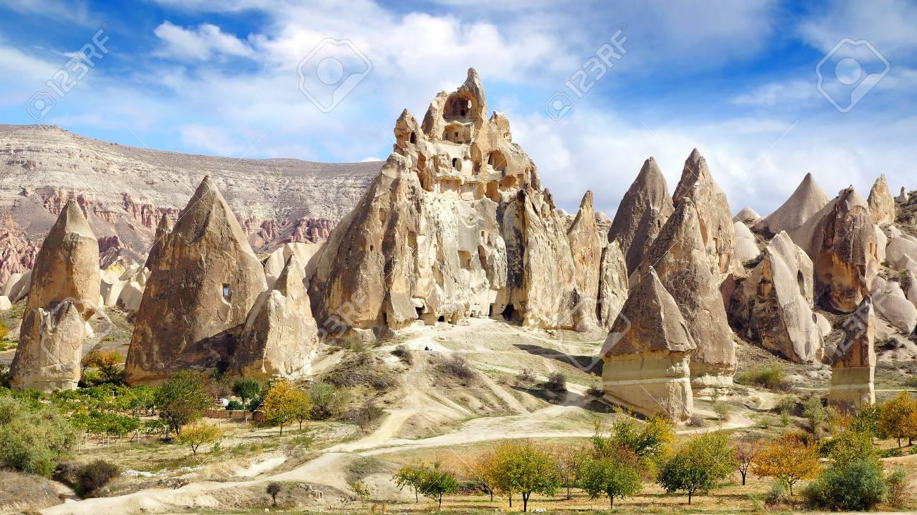 Paysage Pittoresque Avec Des Cheminees De Fees La Cappadoce En