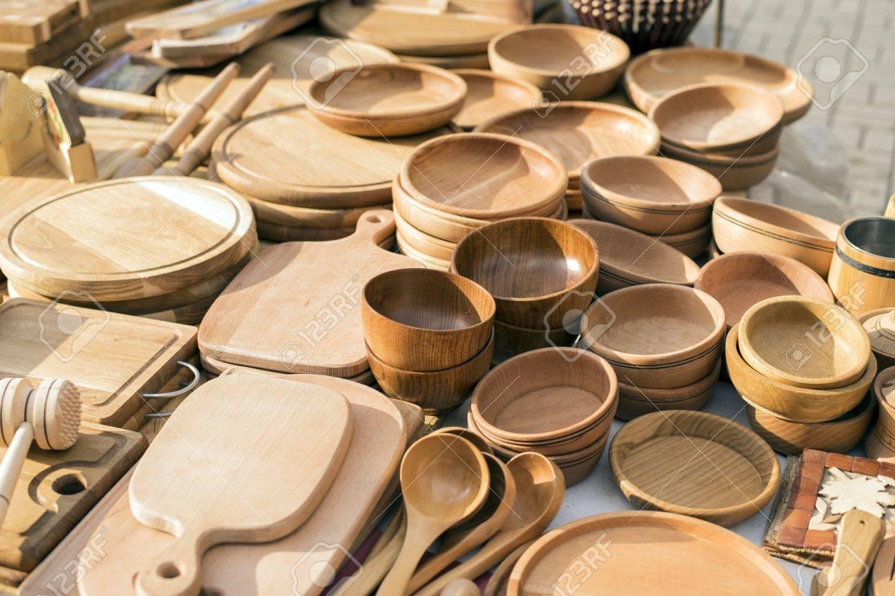Hechos a mano, utensilios de cocina de época de madera en venta en el  mercado. Diversas herramientas de cocina de madera. Diferentes artículos de  mesa ...