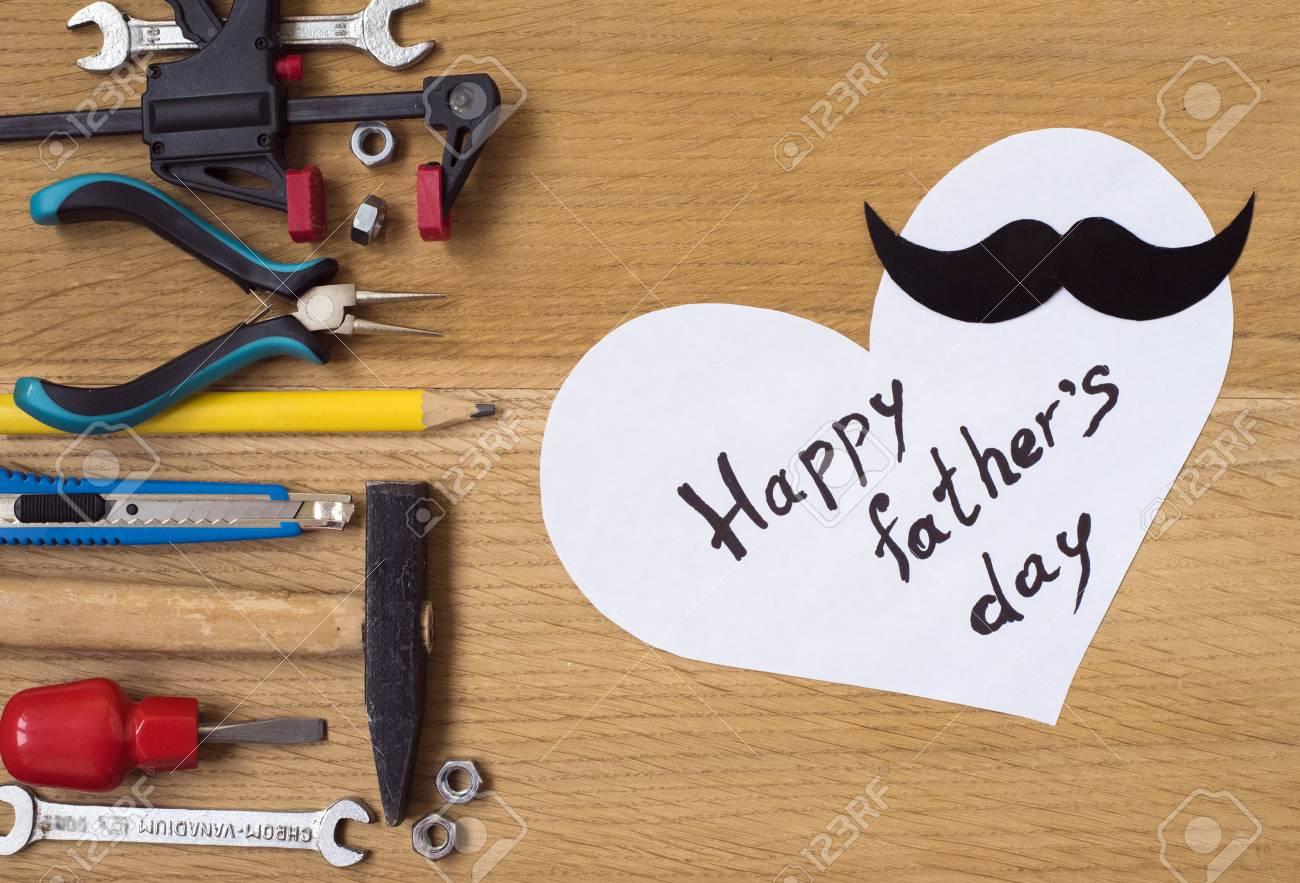 Glückliche Vatertags-Aufkleber, Werkzeuge, Schwarzes Papier ...