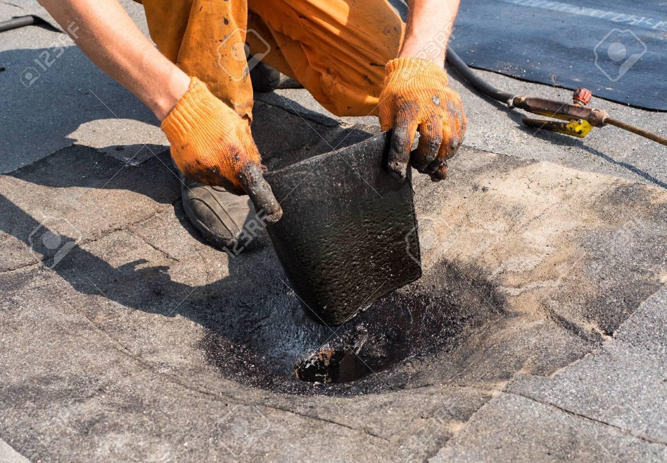 Couvreur Faisant Drain De Toit De Réparation Installation Du Toit - Etancheite toit terrasse goudron