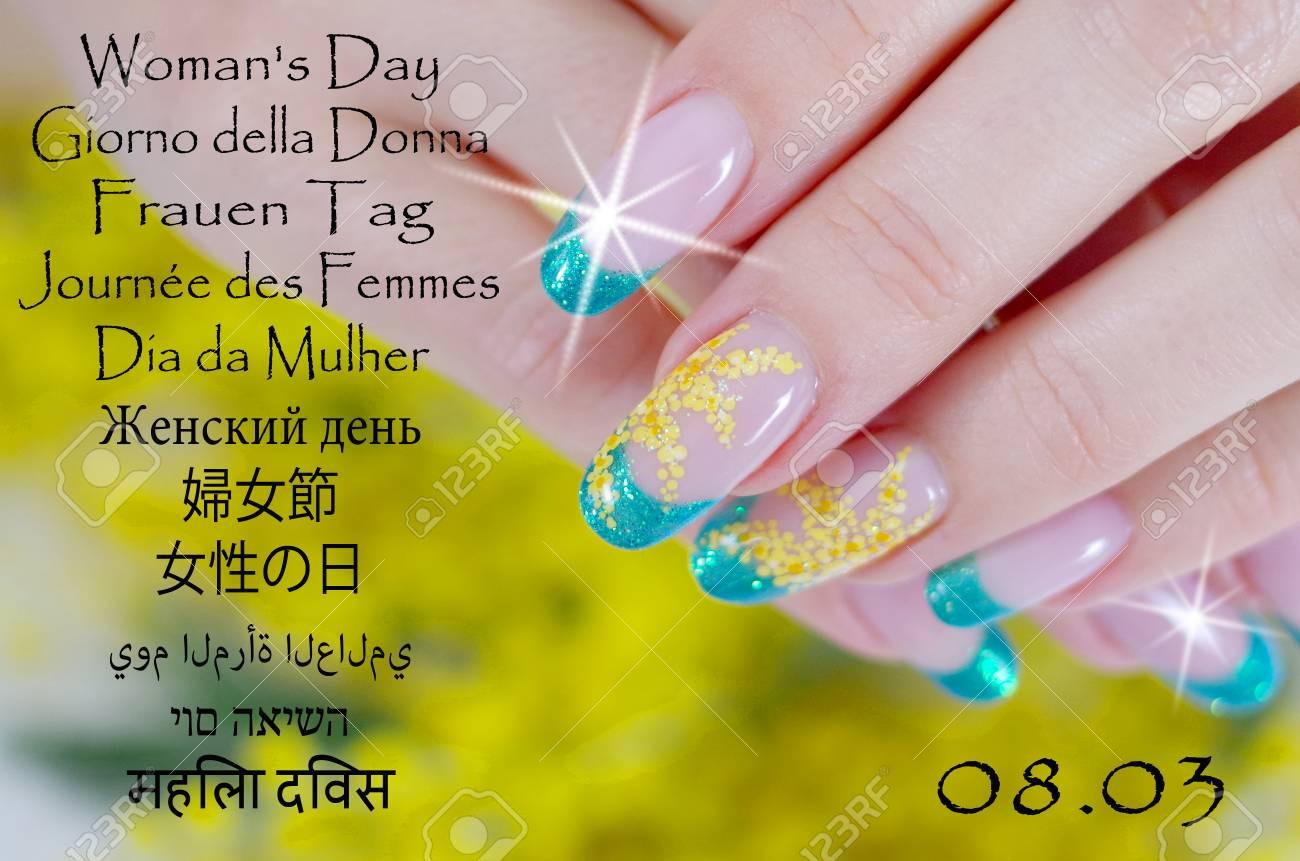 Uñas Decoradas Con Un Diseño Floral Hermoso Para Día De La Mujer