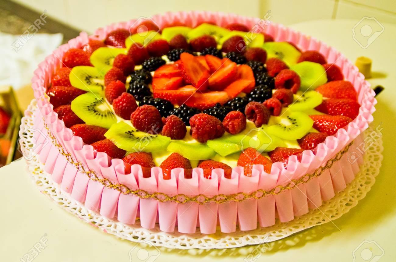 Sommerkuchen Mit Frischem Obst Erdbeeren Kiwi Brombeeren