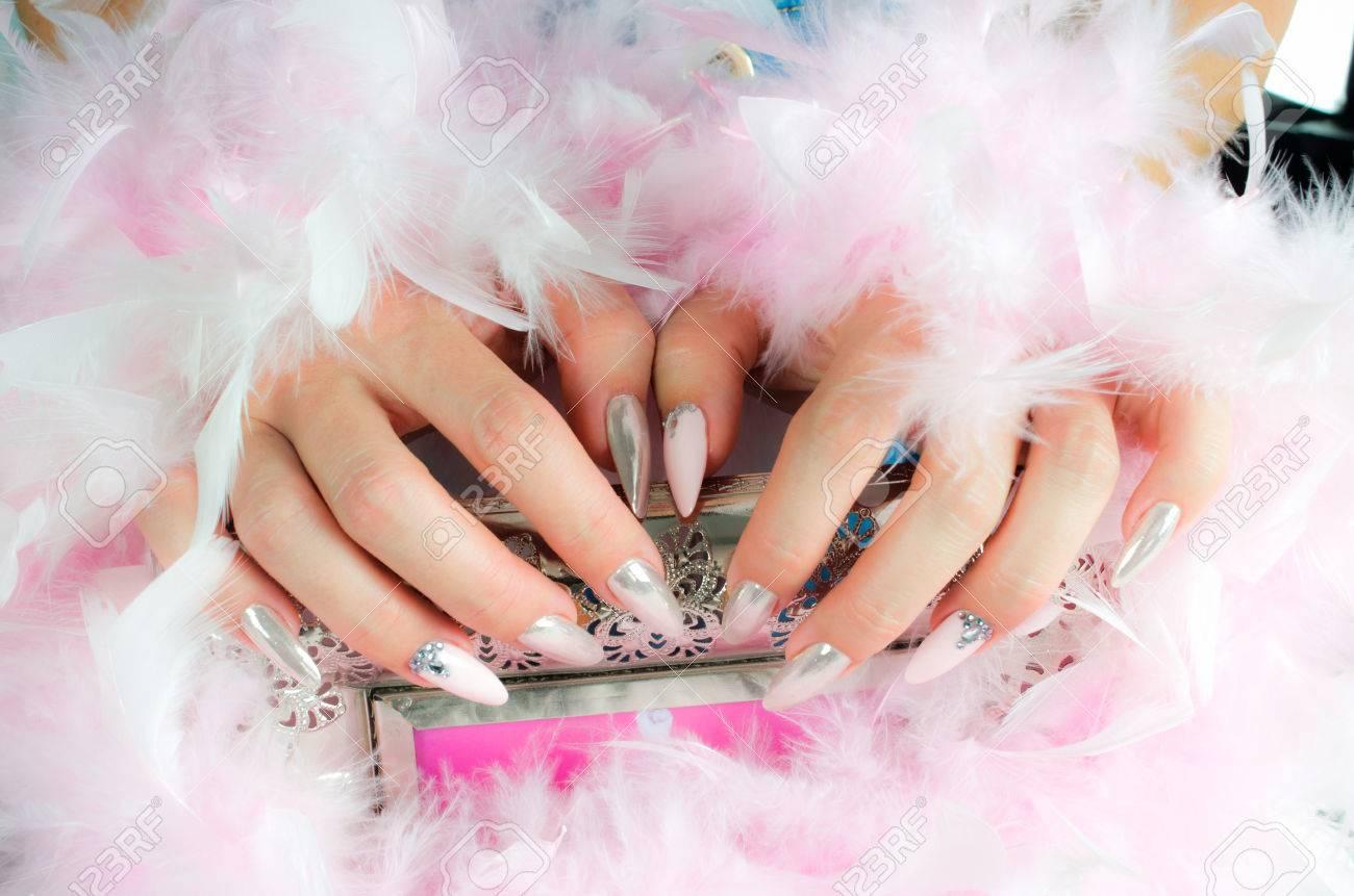 Hermosas Uñas Decoradas Con Colores Rosa Y Perlas Con Diamantes De