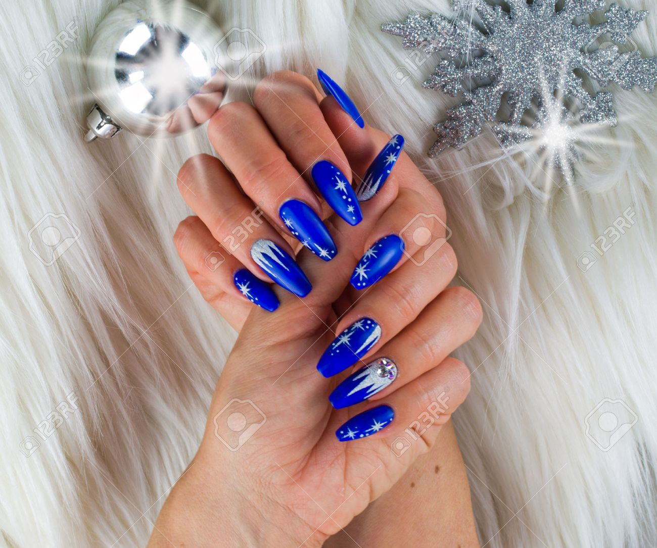 Unas Decoradas Con Color Azul Y Las Estrellas Brillantes Para