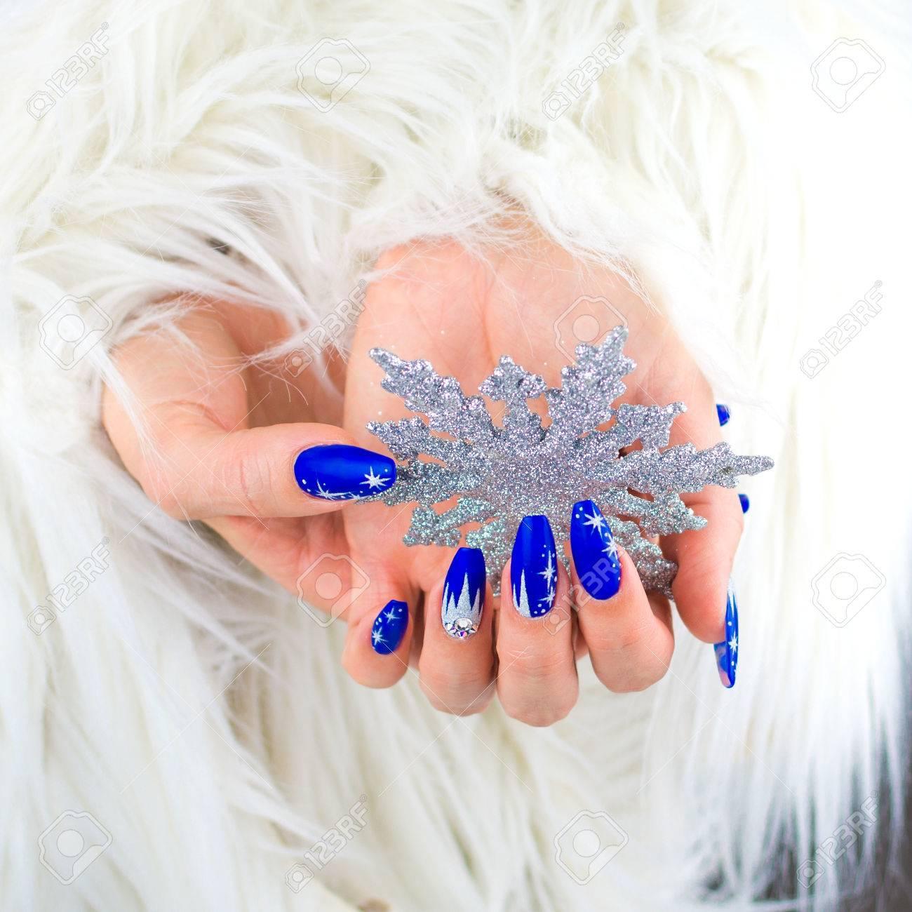 Uñas Decoradas Con Color Azul Y Las Estrellas Brillantes Para