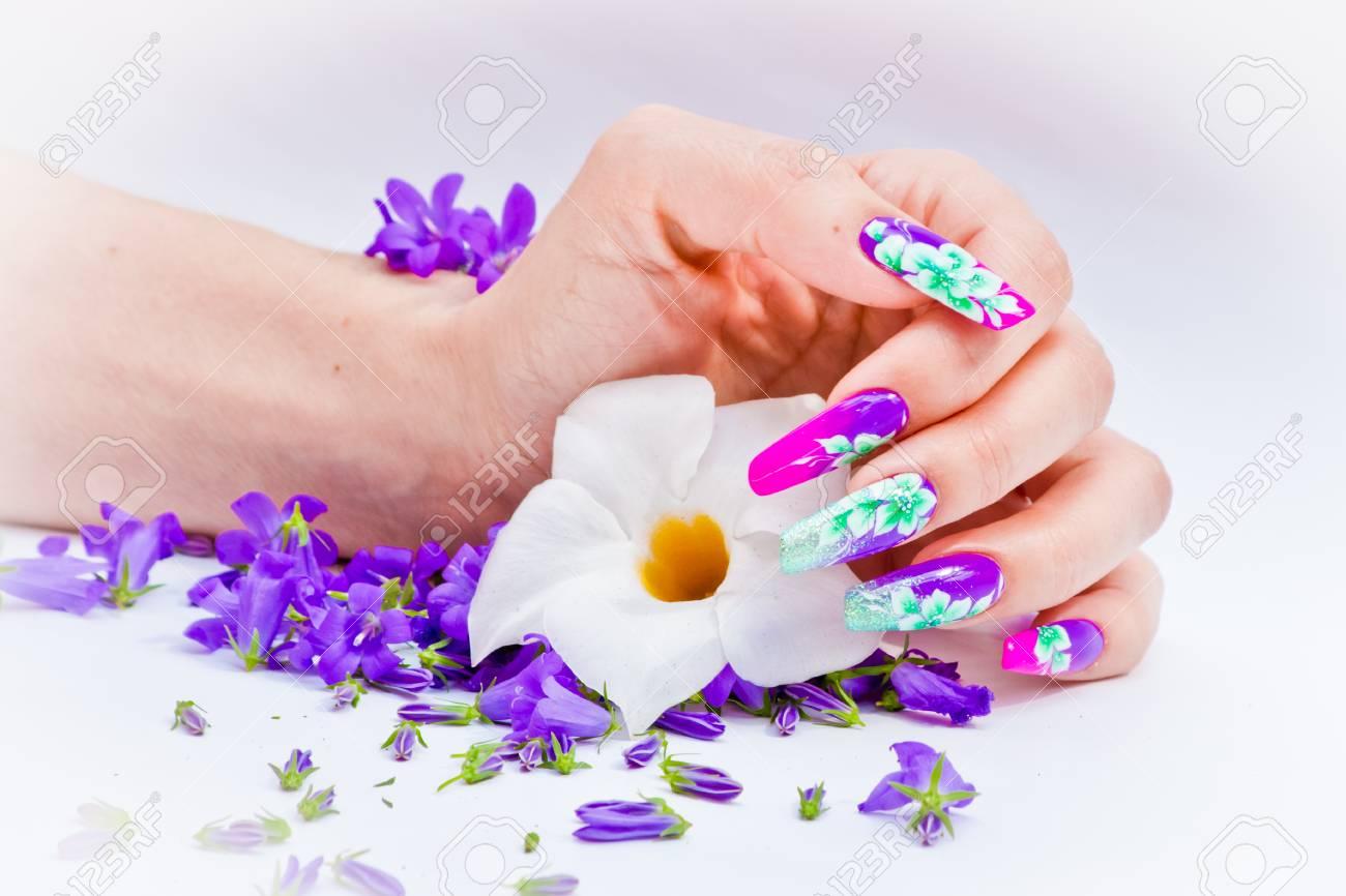 Mano Con Uñas Reconstruido Y Decorado Con Flores De Colores Llevan