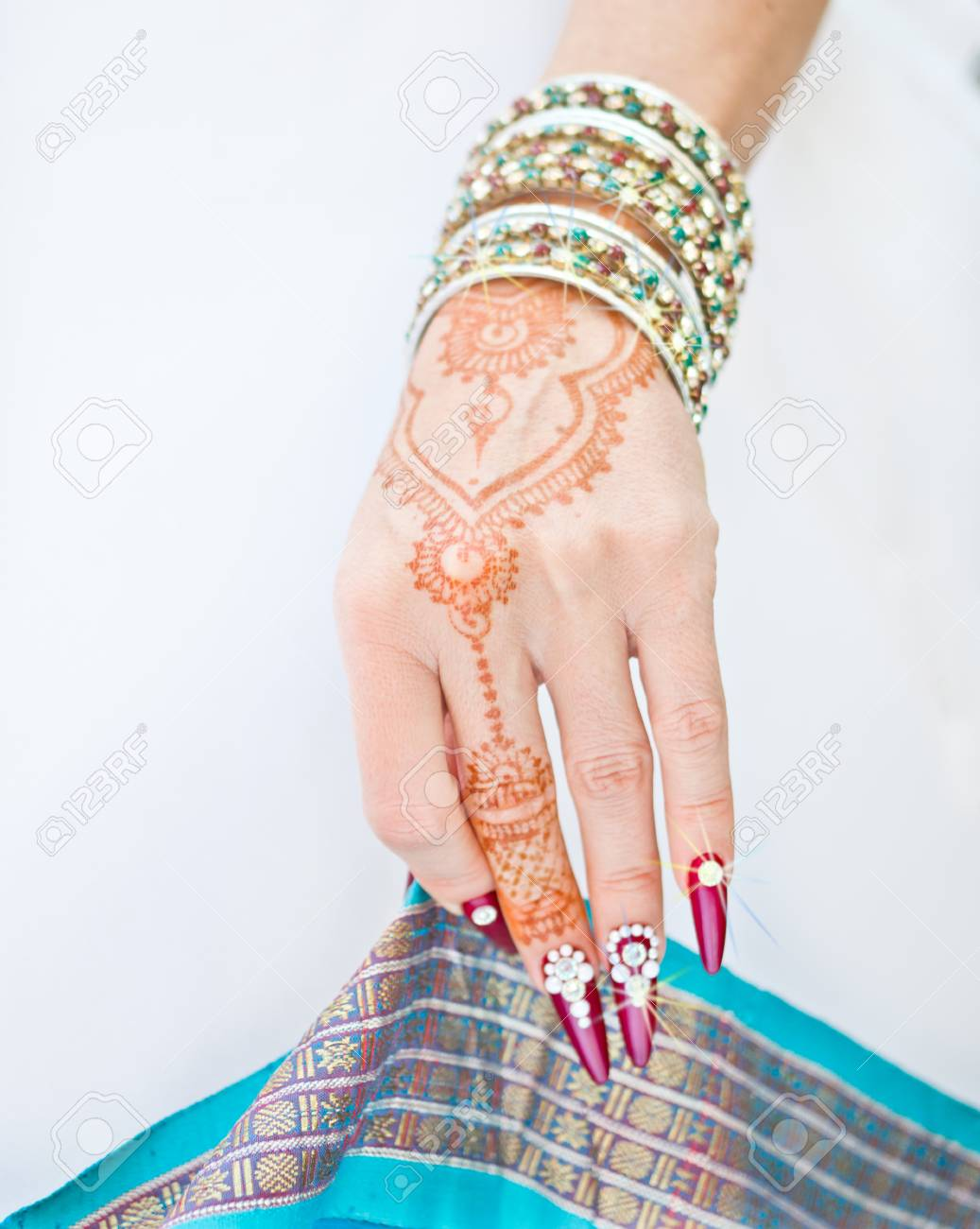 Mano Con Tatuaje De Henna Uñas Decoradas Con Brillantes Y Pulseras Con Piedras Preciosas