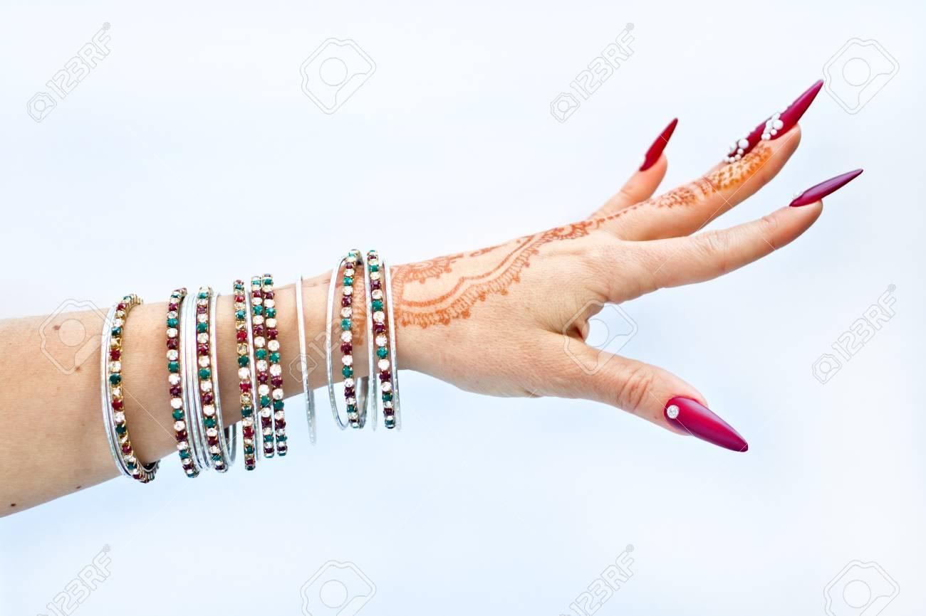 Mano Con Tatuaje De Henna Uñas Decoradas Con Brillantes Y Pulseras