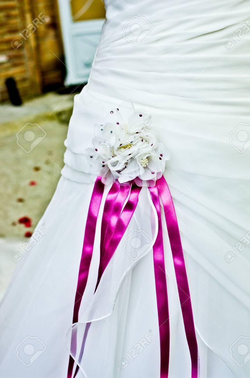 Flores Rosadas Y Púrpuras Y Cintas Para Cerrar El Vestido De Novia Más Hermoso