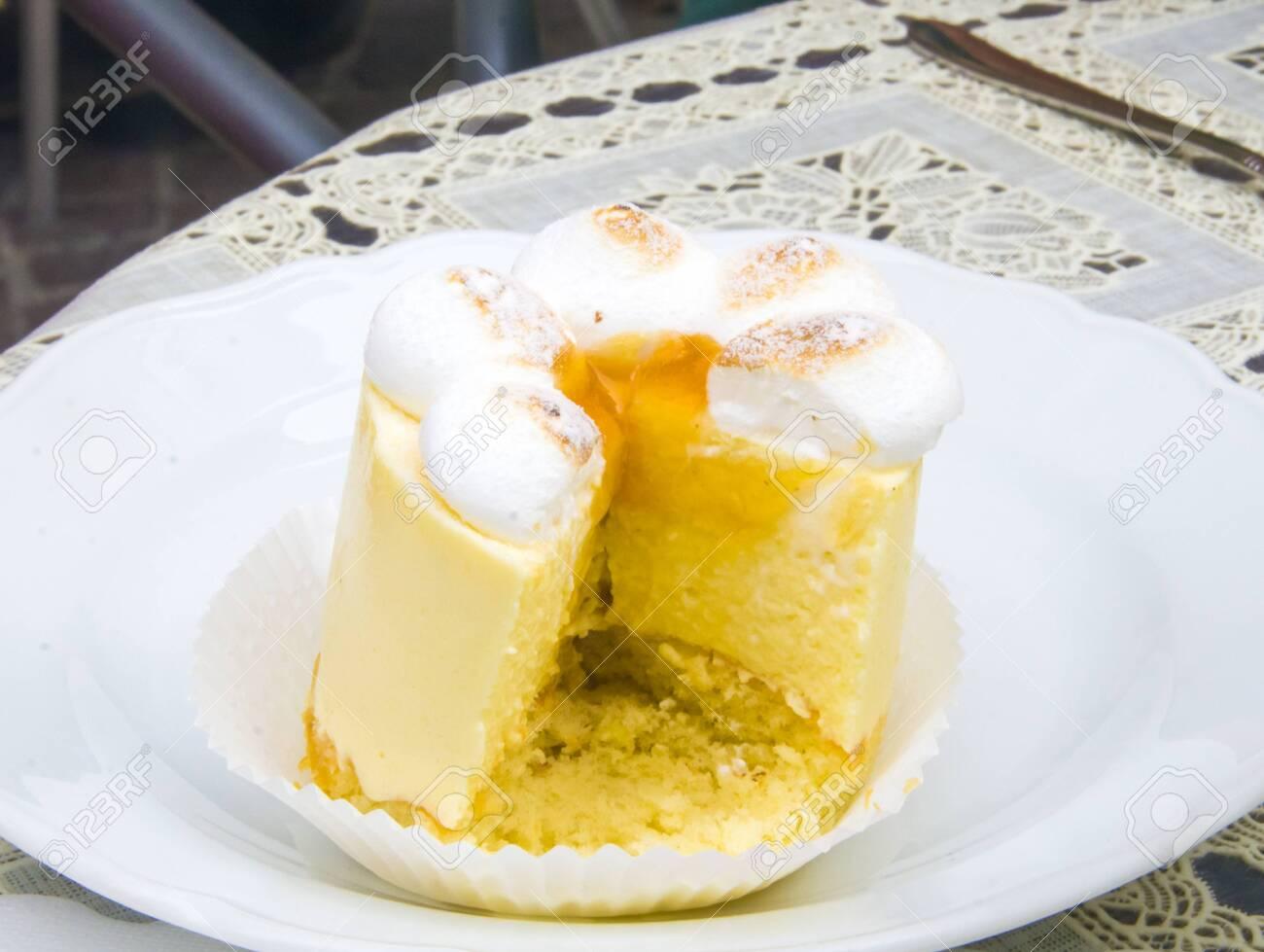 semifreddo mouse with meringue, peach ice cream and apricot jam - 145782239