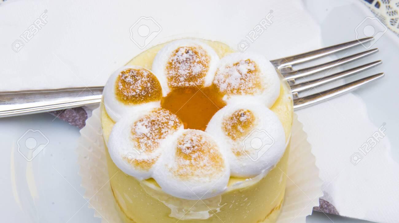semifreddo mouse with meringue, peach ice cream and apricot jam - 145782244