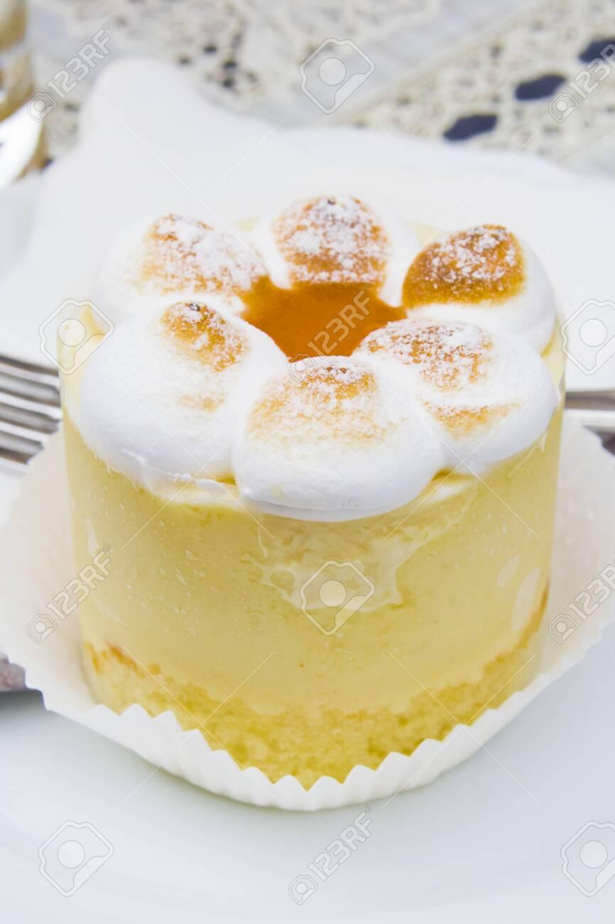 semifreddo mouse with meringue, peach ice cream and apricot jam - 145782248