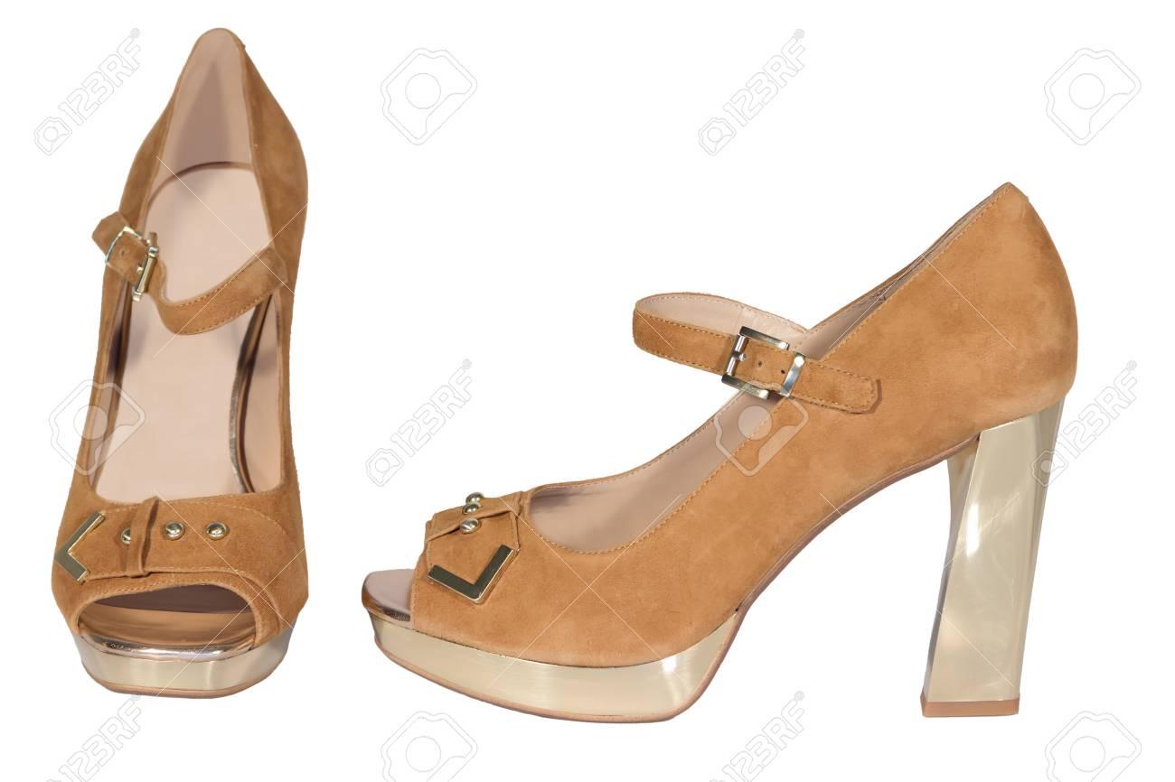 73a0d30fac3d Zapatos de tacón alto para mujer de color beige fondo blanco aislado