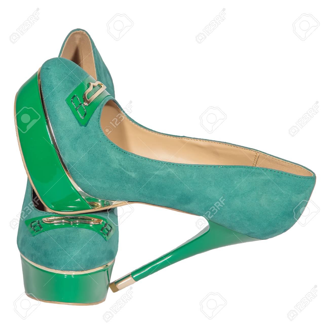 aea003d0f434 Zapatos de tacón alto para mujer verde aislado fondo blanco