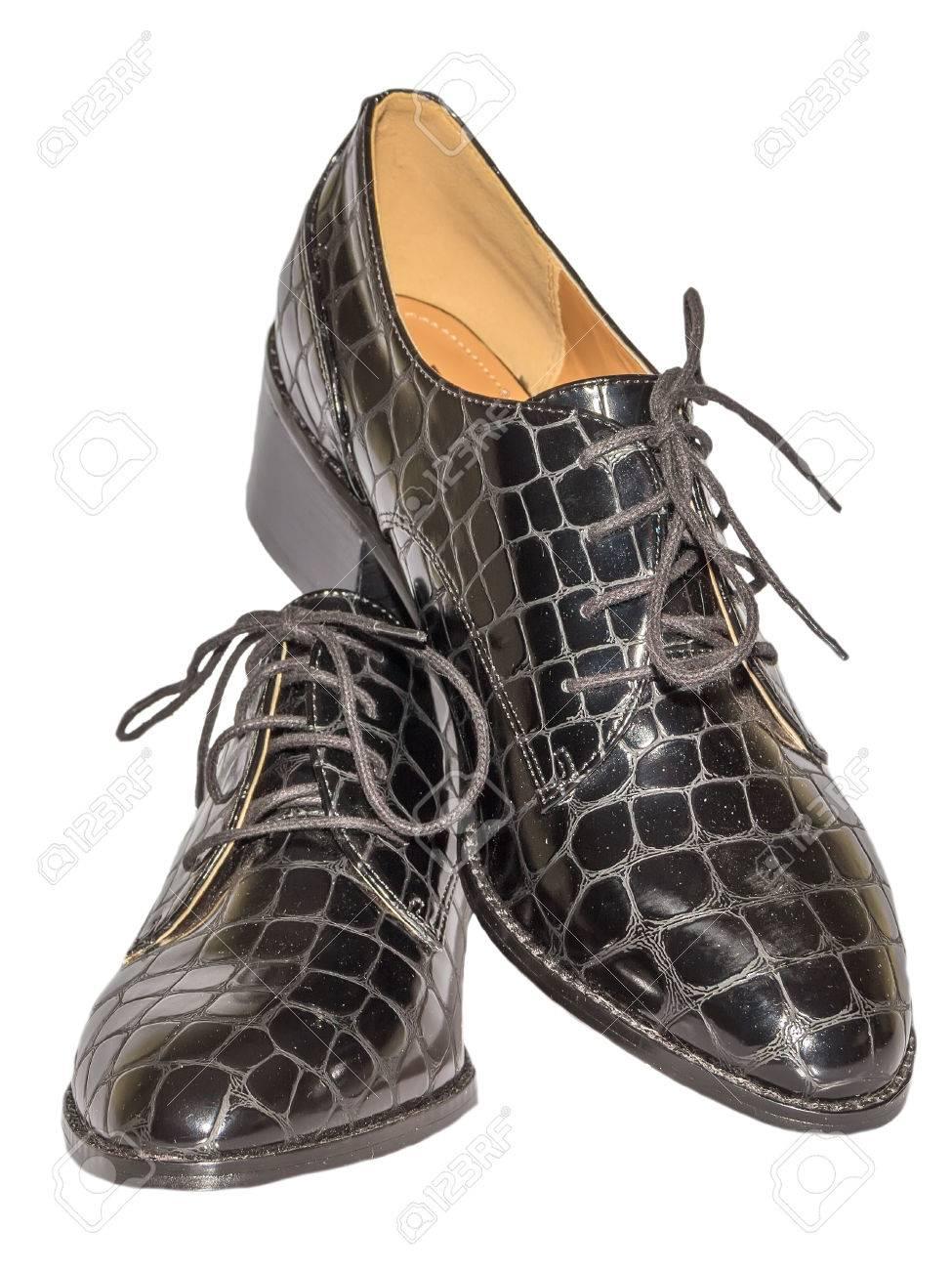 a2877f1a2 Chaussures en peau de crocodile laquée avec lacets fond blanc à talon moyen