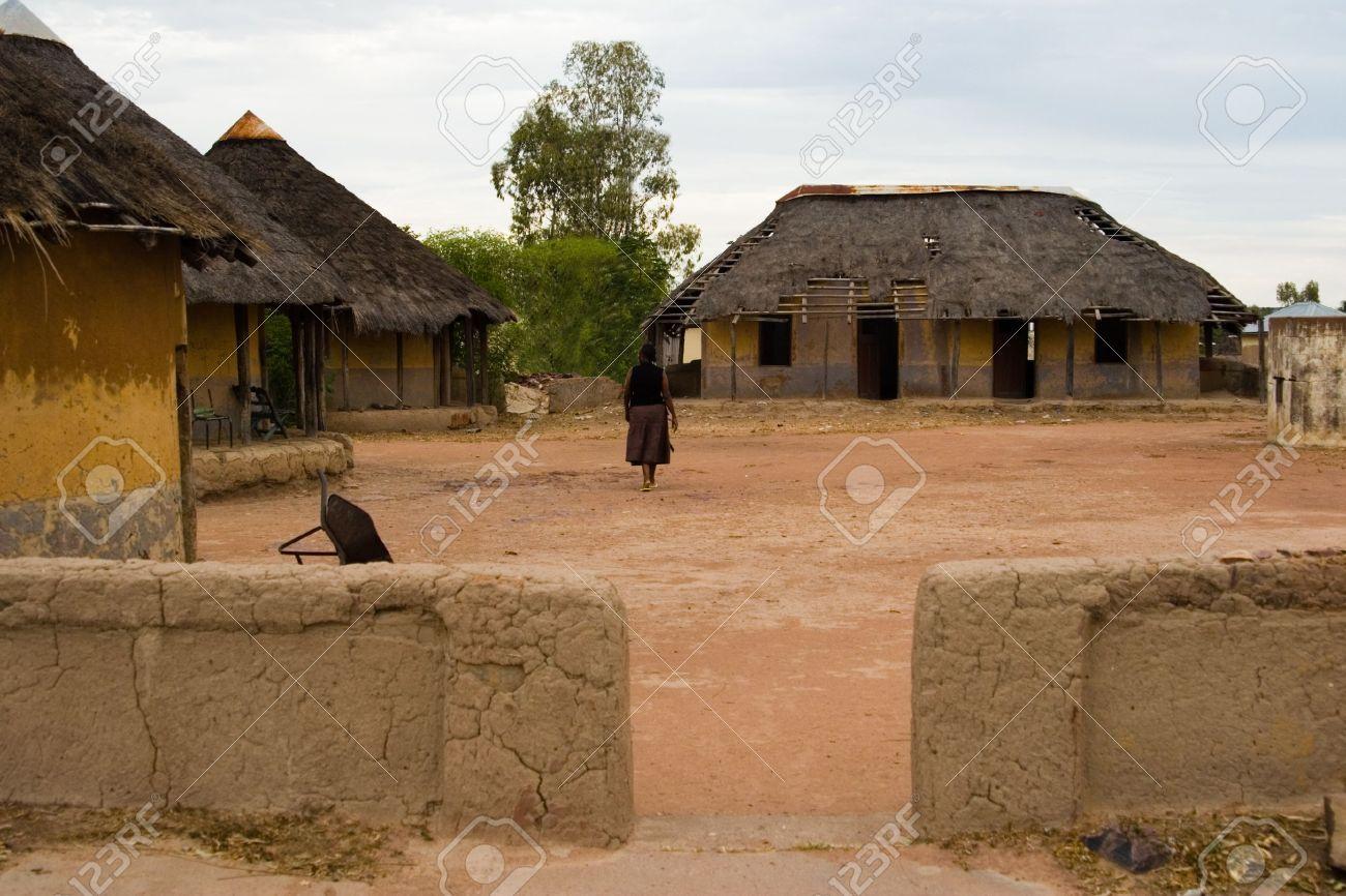 Village africain traditionnel cabanes au coucher du soleil de la pauvreté kgotla