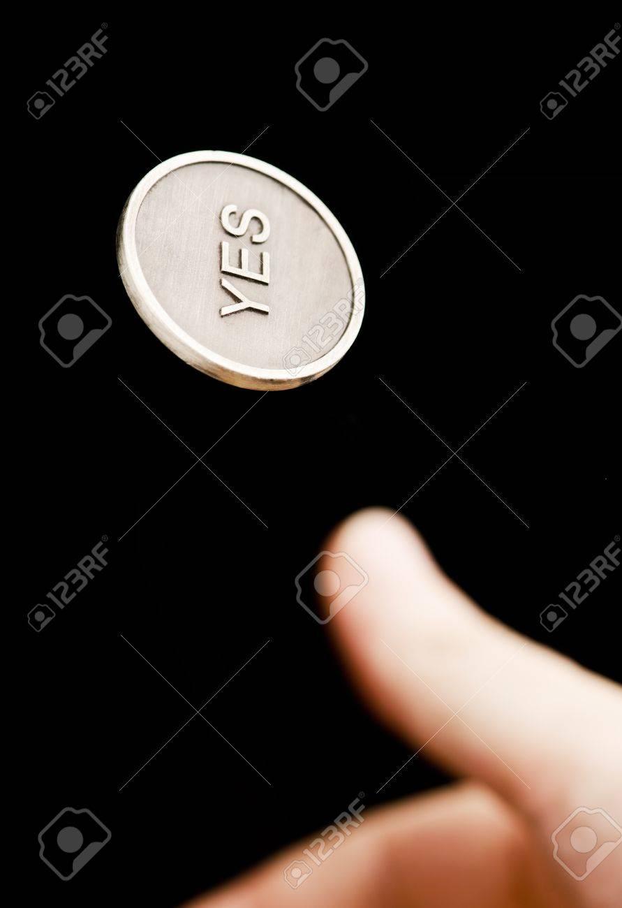 Hand Blätterte Eine Ja Nein Münze Auf Schwarzem Hintergrund
