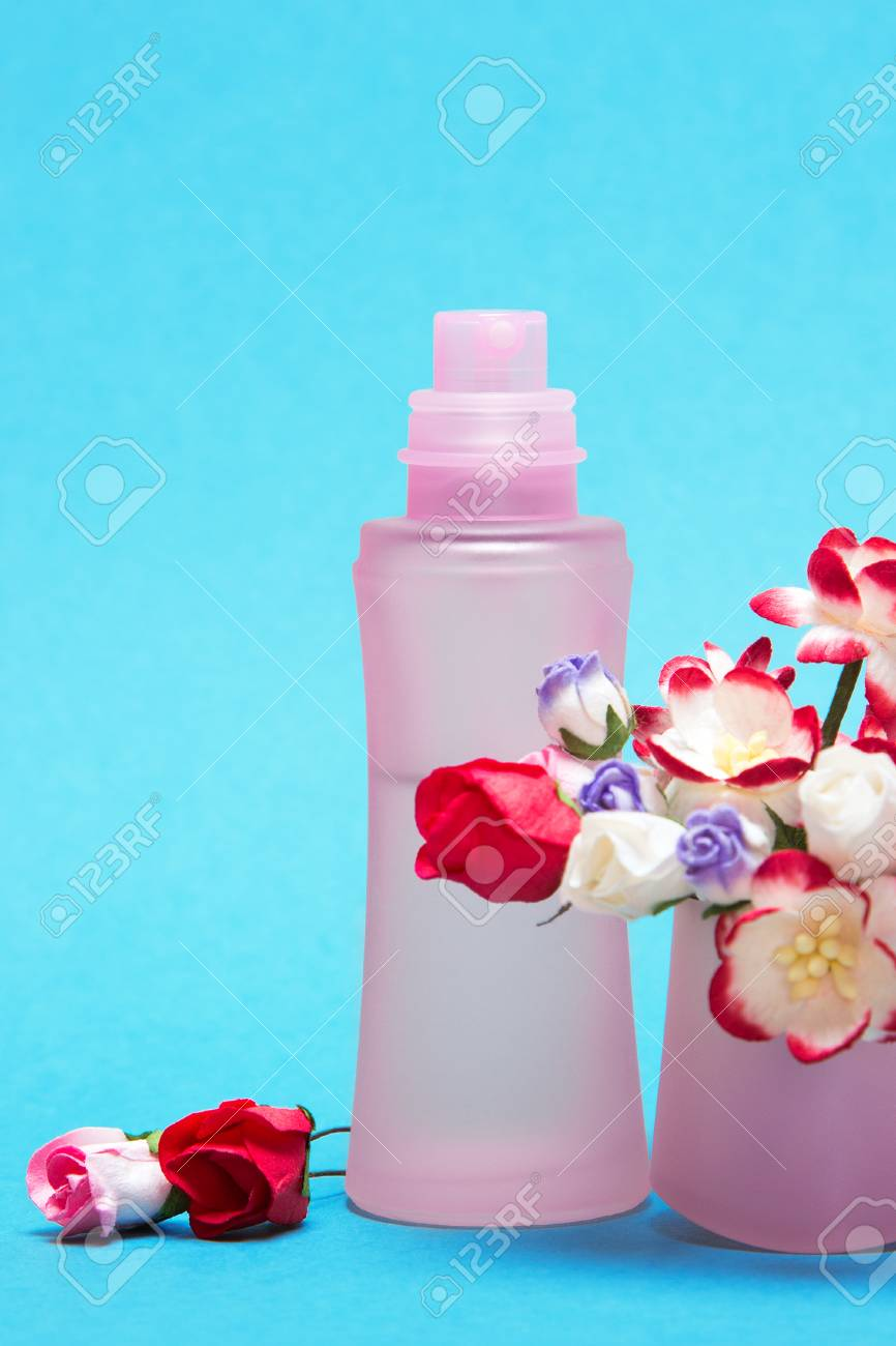 Floral perfume close up of perfume bottle with bouquet of flowers floral perfume close up of perfume bottle with bouquet of flowers in its cap izmirmasajfo