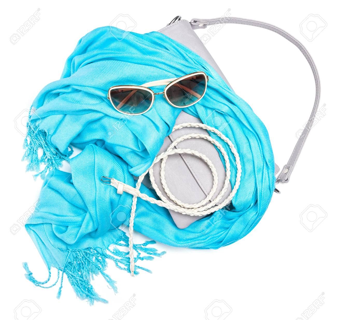 c73a61cad3 Conjunto de bellos accesorios de moda para las mujeres. bolso gris pequeña  con correa corta