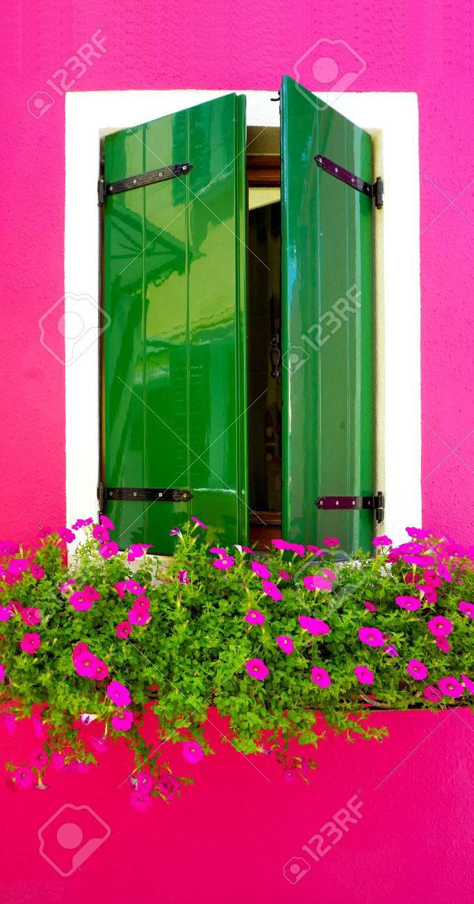 Peinture Bois Vert Fenêtre Dans Burano Avec Lumineux Couleur Rose Construction De Mur Architecture Venise Italie