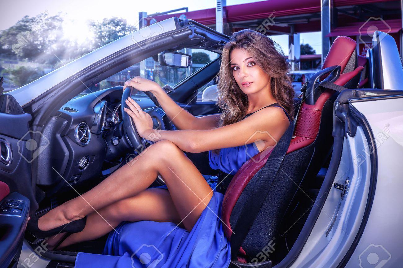 cars and girls  - Page 4 35997183-Sexy-girl-est-repr-sent-avec-une-longue-robe-bleue-assis-dans-cabriolet-voiture-blanche--Banque-d%27images